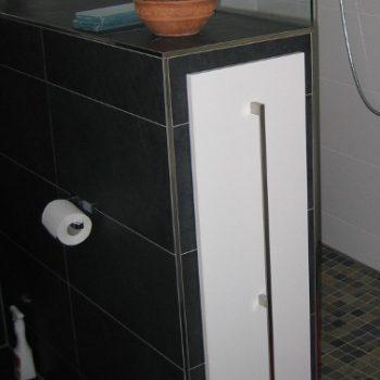 Apothekerschrank als Trennwand für einen Duschbereich
