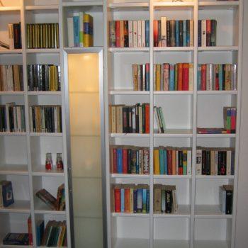 raumhohes Bücherregal MDF weiß lackiert mit geschlossenen Glastürelementen