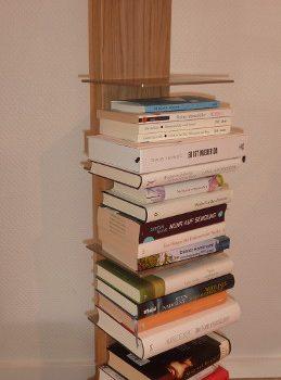 Bücherturm mit Edelstahlplatten als Ablage, Sockel recycelte Autobremsscheibe