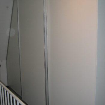 Schiebetür mit dem Anschluss an eine Dachschräge