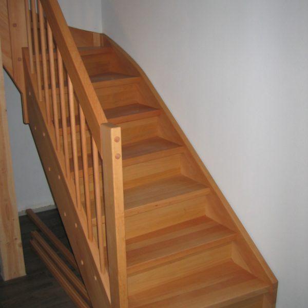 Antritt einer voll geschlossenen Treppe Buchenholz massiv, Setzstufen Sperrholz Buche