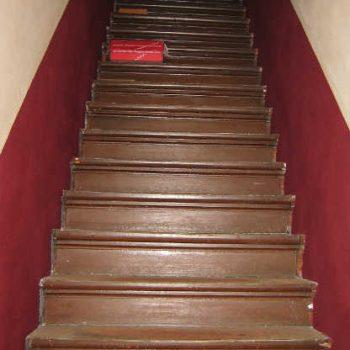Treppe vor einer Renovierung mit einem Treppenrenovierungssystem